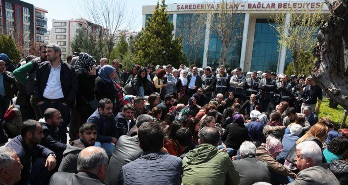 HDP'liler Bağlar Belediyesi önünde toplanarak oturma eylemi yaptı