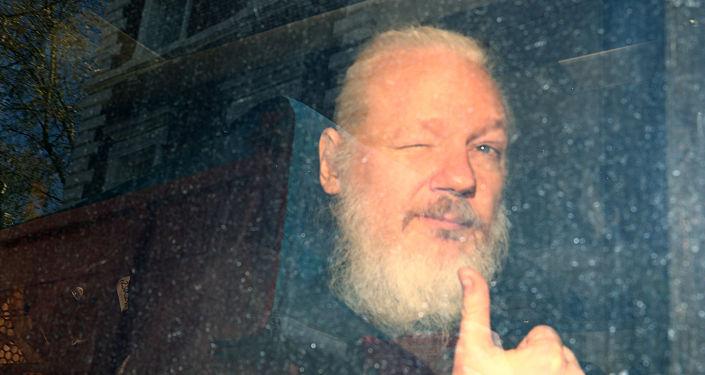 WikiLeaks'in kurucusu Julian Assange'ın gözaltına alındıktan sonraki ilk fotoğrafı.
