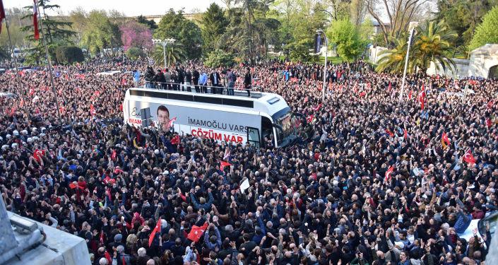 İstanbul Büyükşehir Belediye Başkanı seçilen Ekrem İmamoğlu görevi devraldıktan sonra vatandaşlara hitap etti