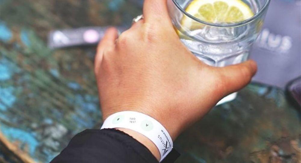 İçkiye ilaç atılıp atılmadığını ölçen bileklik
