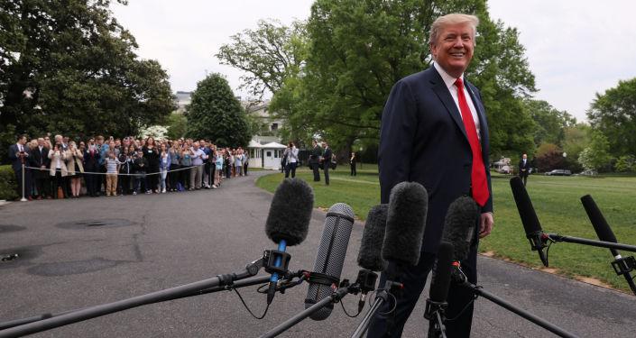 ABD Başkanı Donald Trump  Beyaz Saray'dan çıkarken gazetecilerle sohbet etti. (26 Nisan 2019)