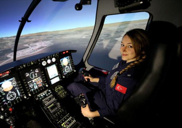 Türk Polis Teşkilatının ilk kadın helikopter pilotu Komiser Yardımcısı Elif Gökçe Erol, emniyetin faaliyetleri kapsamında gece gündüz gökyüzünde görev yapıyor.