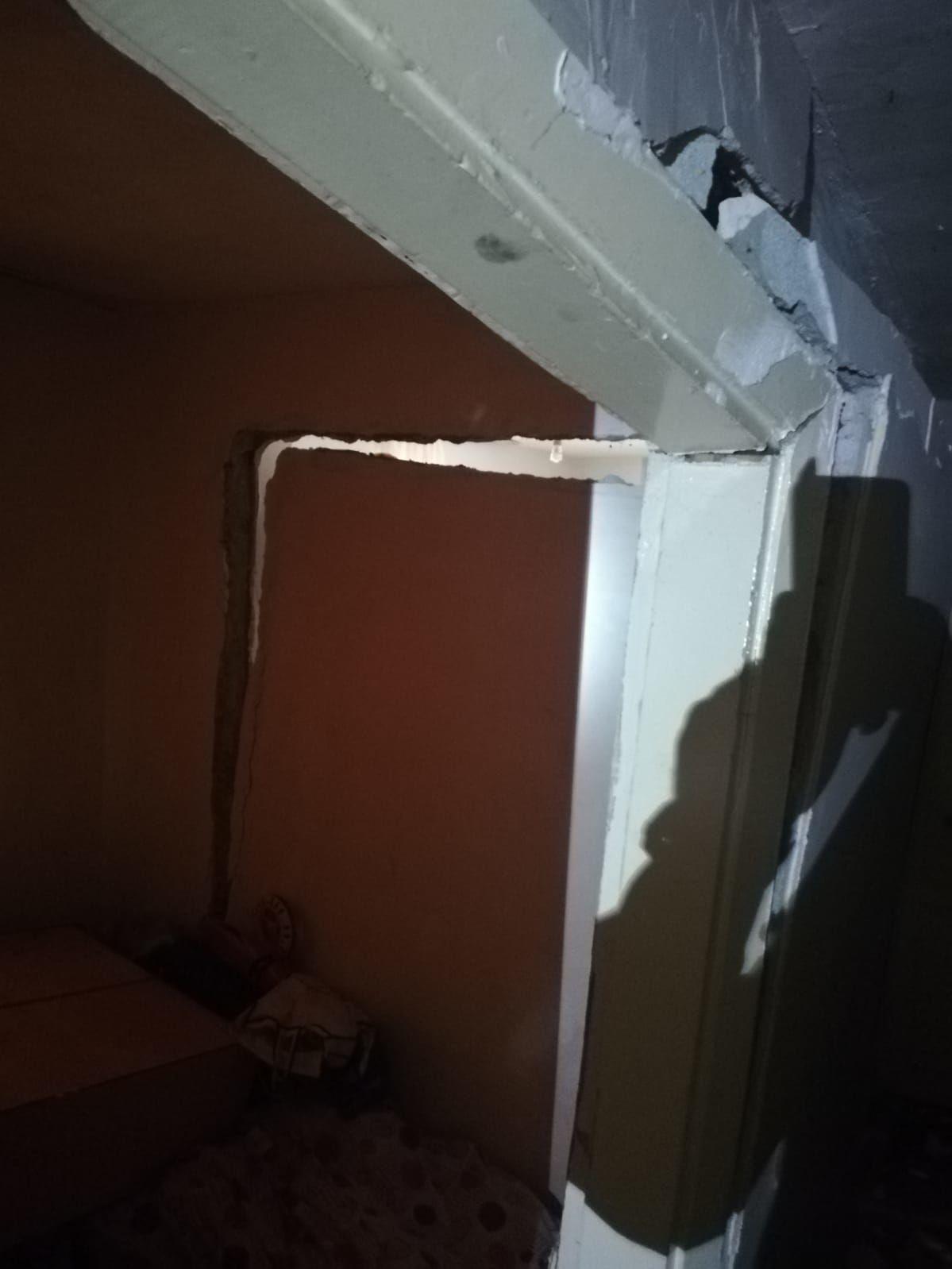 Evin giriş katının iç duvarında su sızıntısı nedeniyle çökme meydana geldi