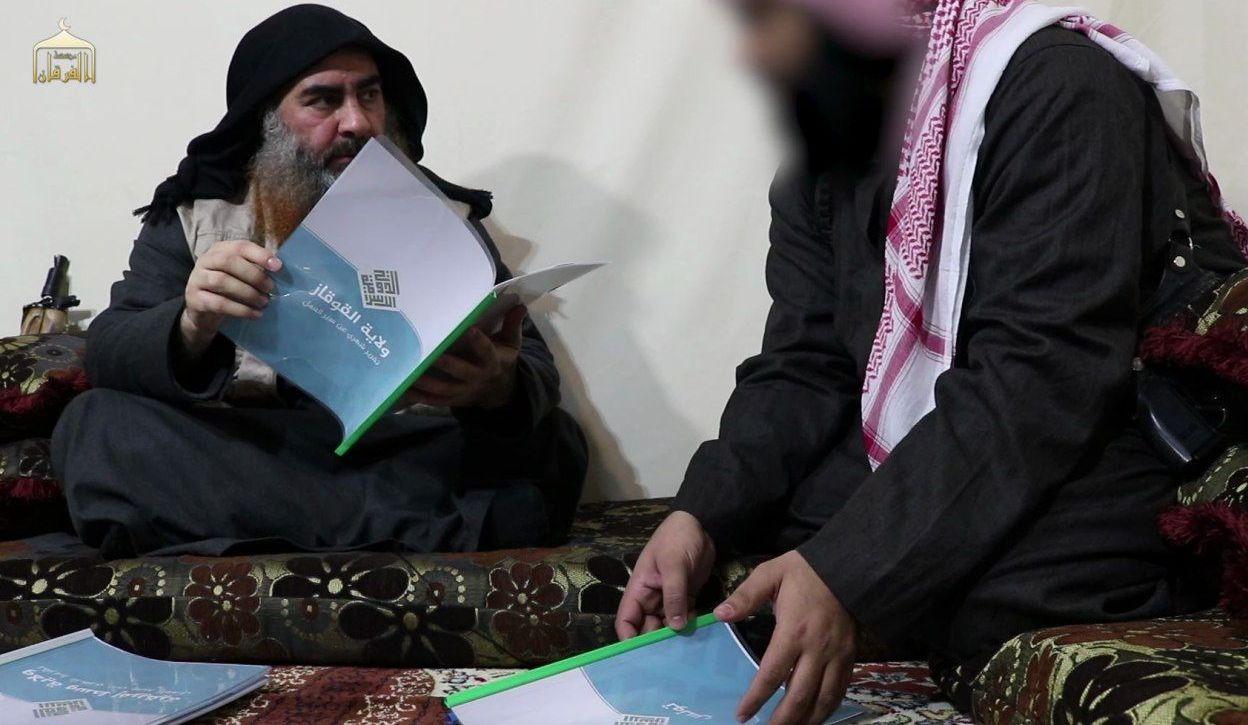 IŞİD lideri Ebubekir El-Bağdadi 'Kafkas Vilayeti' ilan ettiği bölgeye ait bir dosyayı incelerken