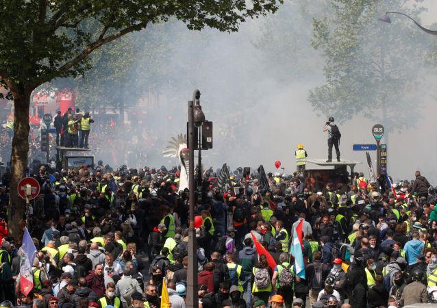 Paris'te 1 Mayıs 2019 gösterileri gibi sendika yürüyüşünün de başını Sarı Yelekler çekti.