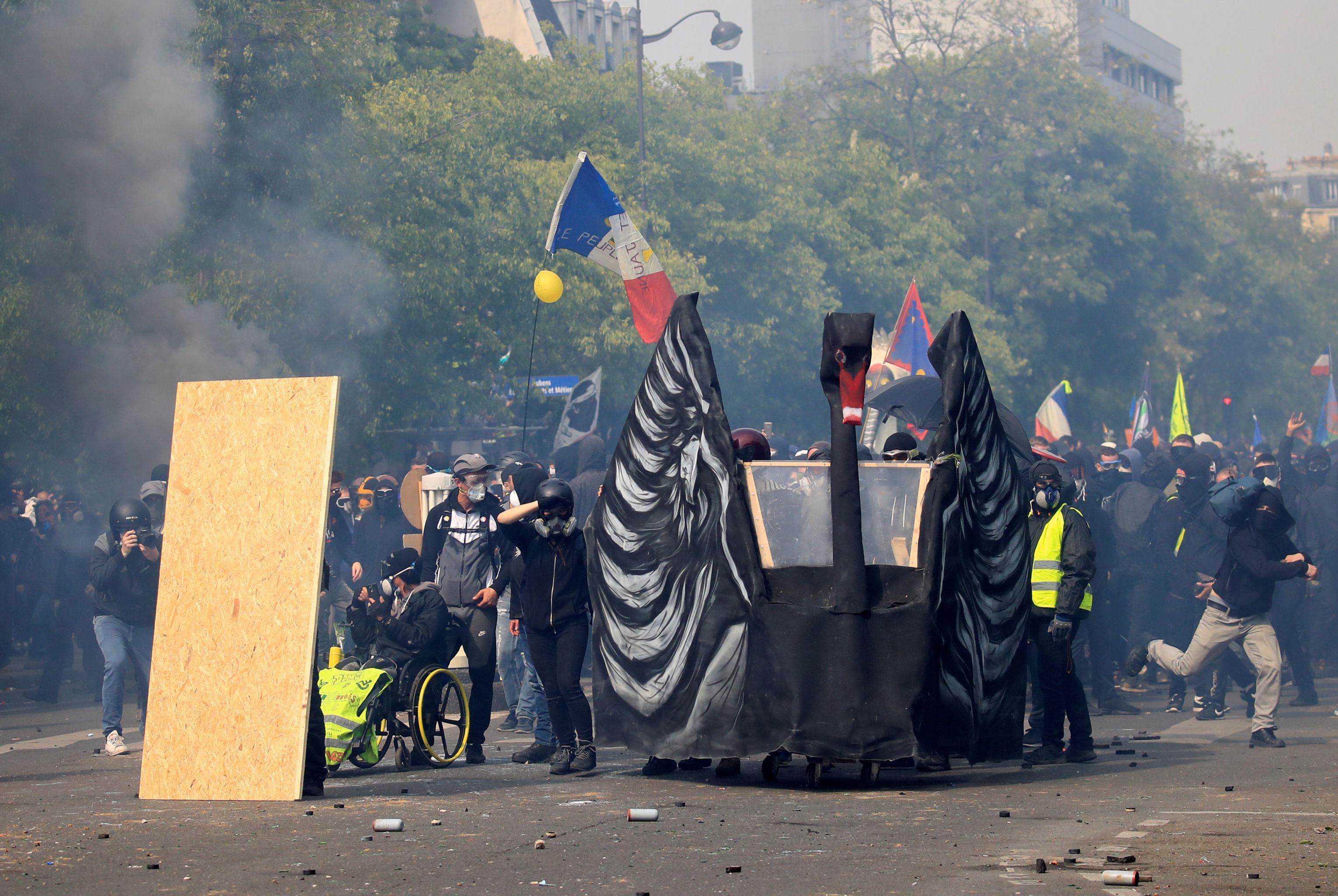 Çok düşük olasılıklı ama çok yüksek etkili bir olay manasında kullanılan 'Siyah Kuğu', Sarı Yelekler ile Siyah Blok'un barikatları arasında boy gösterdi.