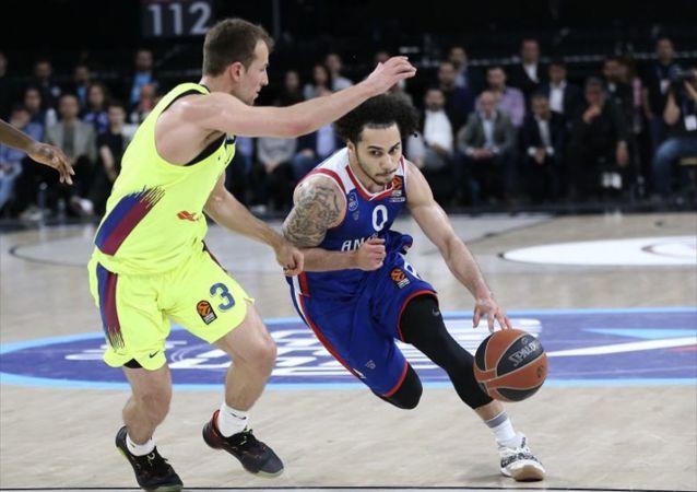 Anadolu Efes, THY Avrupa Ligi play-off'unda İspanya ekibi Barcelona Lassa'yı 80-71 yenerek seride durumu 3-2 yaptı ve Dörtlü Final'e yükseldi.