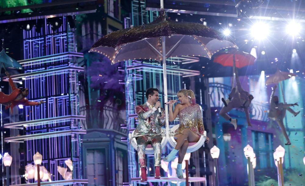 Taylor Swift törenin açılışını, Panic! At The Disco solisti Brendon Urie düeti olan yeni şarkısı ME! ile yaptı.
