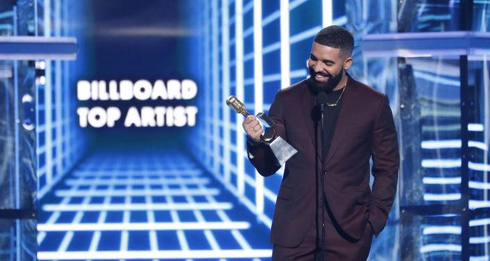 Gecenin en büyük ödülünü alan isim Drake oldu. 'En İyi Billboard 200 Albümü', 'En İyi Erkek Sanatçı' ve 'En İyi Sanatçı' ödüllerini toplayan Drake ilk ödül konuşmasında Game of Thrones karakterindeki Arya Stark karakterine teşekkür etti. Öte yandan Drake bu 3 ödülüyle Billboard Müzik Ödülleri tarihinin en çok ödül kazanan ismi olan Taylor Swift'in rekorunu kırmış oldu (27'ye karşı 23).