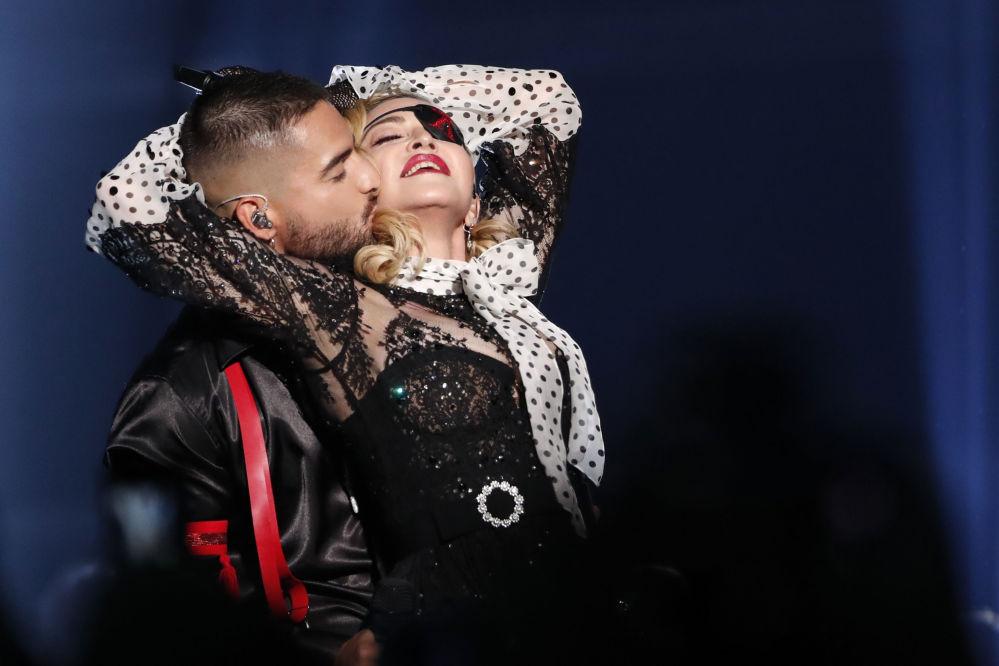 Madonna 4 yıl sonra çıkardığı ilk şarkısı olan 'Medellin'i ilk kez ekranlarda söyledi. Medellin'de Madonna'ya Kolombiyalı şarkıcı Maluma eşlik etti.