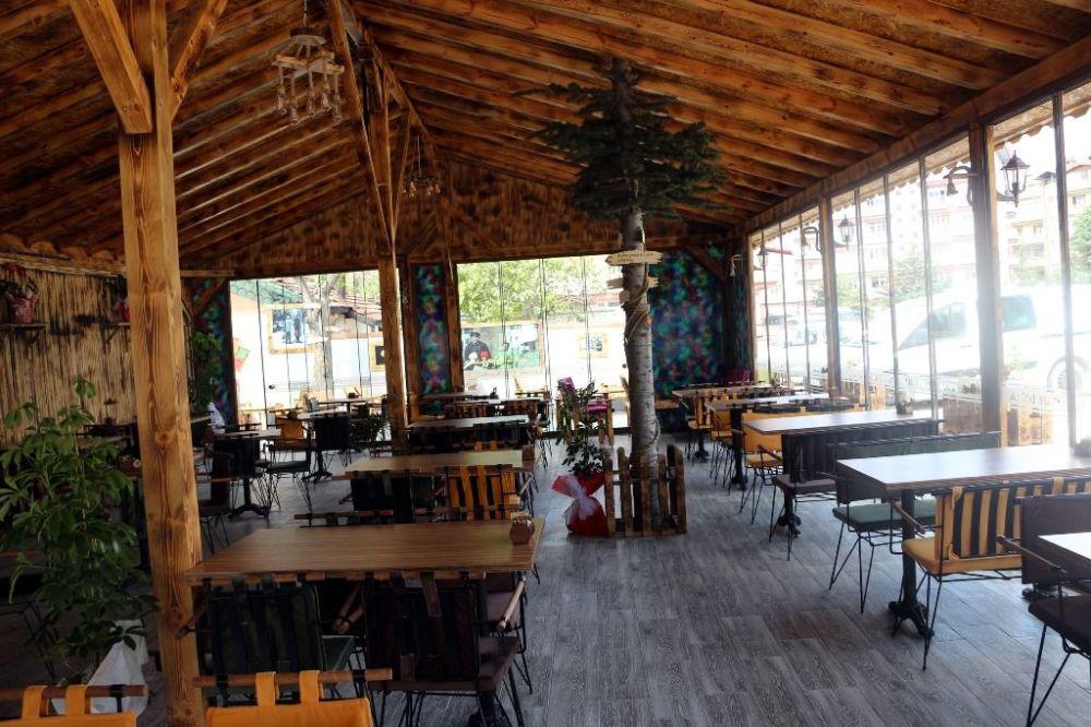 İşletme sahibi Turgut, çam ağacı kafenin içinde olacak şekilde plan yaptırdı. Ağacı korumaya alan Turgut'un bu davranışı, kafesine gelen müşterileri de memnun etti.