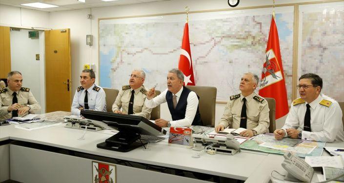 Milli Savunma Bakanı Hulusi Akar ile TSK'nin komuta kademesi, Silahlı Kuvvetler Komuta Harekat Merkezi'nden operasyonları sevk ve idare ederken