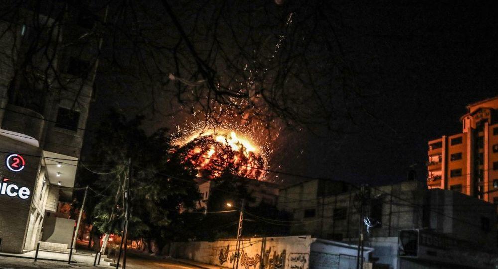İsrail ordusu, abluka altındaki Gazze Şeridi'nde Anadolu Ajansı ofisinin de bulunduğu binaya hava saldırısı düzenledi. İsrail savaş uçakları, en az 5 roketle düzenlediği hava saldırısı sonucu bina tamamen yıkıldı.