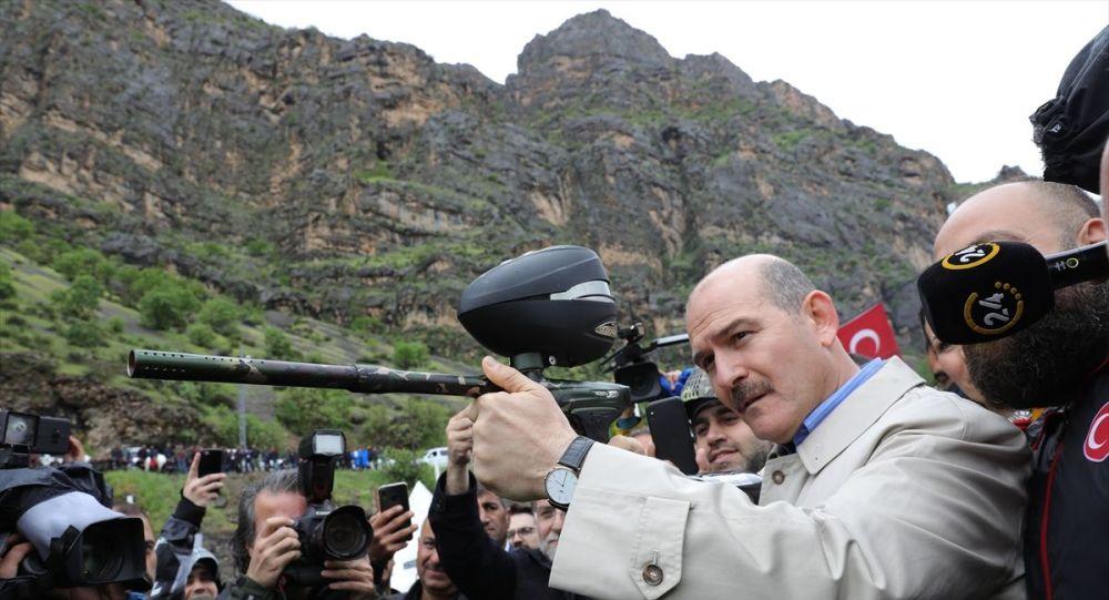 İçişleri Bakanı Süleyman Soylu, Hakkari'de düzenlenecek 2. Çukurca Foto Safari ve Doğa Sporları Festivaline katılmak üzere kente geldi. Bakan Soylu, Çukurca ilçesinde Zap Suyu kenarında düzenlenen festival alanında ekinlikleri izledi.