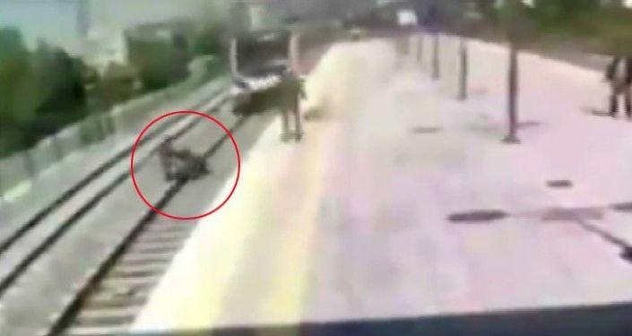 Küçükçekmece - Trenin önüne atlayıp intihara kalkışan kadını kurtardı 54/