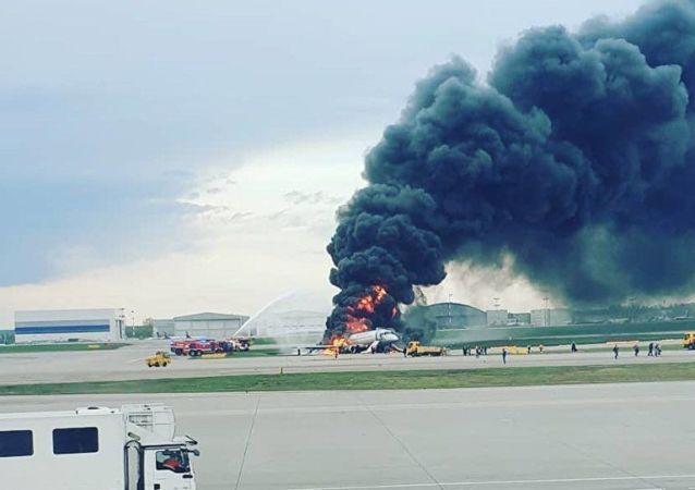 Aeroflot uçağı Şeremetyevo Havalimanı'na acil iniş yaparken alev aldı