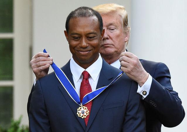 Trump, Beyaz Saray'da düzenlediği törenle Woods'uBaşkanlık Özgürlük Madalyası'yla ödüllendirdi.