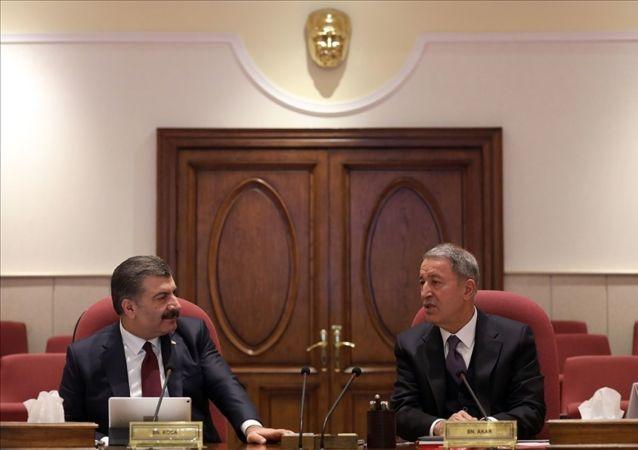 Milli Savunma Bakanı Hulusi Akar (sağda) ve Sağlık Bakanı Fahrettin Koca (solda) başkanlığında, ilgili personelin katılımıyla koordinasyon toplantısı gerçekleştirildi.