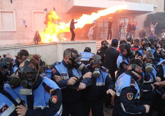 Arnavutluk'un başkenti Tiran'da düzenlenen hükümet karşıtı protestoda, göstericilerle polis arasında arbede çıktı. Başkentteki Başbakanlık binası önünde toplanan göstericiler, sis bombası, molotofkokteyli ve boya attıkları binanın giriş kapısında küçük çaplı yangına neden oldu. Ayrıca meclis binası önünde de toplanan bir grup göstericinin, buradaki polis kordonunu delmeye çalışması sonucu arbede yaşandı.