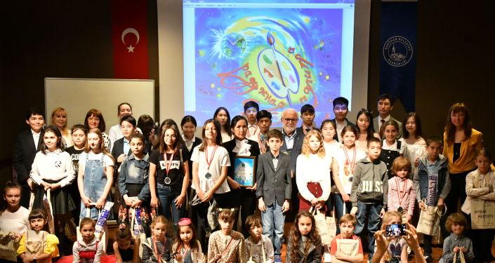 Hayal Etme Zamanı festivalinde dereceye giren çocuklara ödülleri verildi.