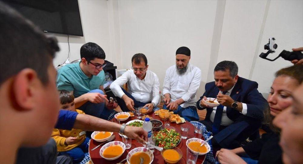 CHP İstanbul Büyükşehir Belediye Başkan Adayı Ekrem İmamoğlu, iftarda, seçim çalışmaları kapsamında Bayrampaşa Yaş Meyve-Sebze Hali'nde tanıştığı 17 yaşındaki Cebrail Gümüştepe'nin Esenler Kemer Mahallesi'ndeki evine konuk oldu.