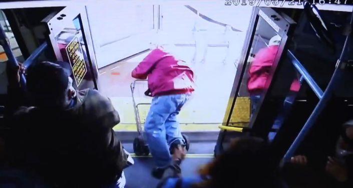 ABD'de otobüsten iterek düşürdüğü yaşlı adam ölen kadın cinayetle yargılanıyor
