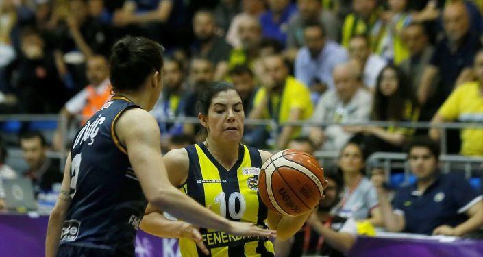 Kadınlar Basketbol Süper Ligi play-off final serisinin dördüncü maçında Fenerbahçe ile Çukurova Basketbol, Metro Enerji Spor Salonu'nda karşılaştı. Bir pozisyonda Fenerbahçeli basketbolcu Christine Kelsey (10) ile Çukurova Basketbol oyuncusu Pelin Derya Bilgiç (solda) mücadele etti.