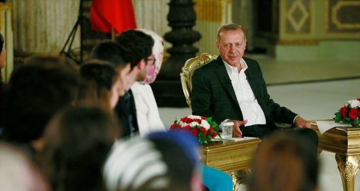 Türkiye Cumhurbaşkanı Recep Tayyip Erdoğan, Cumhurbaşkanlığı Dolmabahçe Ofisi'nde gençlerle iftarda bir araya geldi. Cumhurbaşkanı Erdoğan, iftarın ardından gençlerin soruları cevapladı.