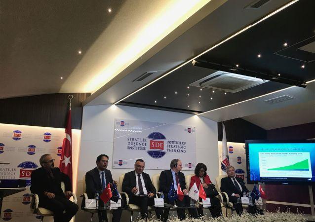 """Ankara'da düzenlenen """"AB'nin Uluslararası Sistemdeki Yeri ve Geleceği"""" panelinde, AB'nin giderek içine kapandığı görüşü öne çıkarken, topluluğun hemen sınırlarında olan sorunlardan bağımsız şekilde hala bir refah, bir istikrar toplumu olarak yaşayabilmesinin mümkün olmadığı belirtildi."""