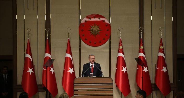 Cumhurbaşkanı Recep Tayyip Erdoğan,Cumhurbaşkanlığı Külliyesi Sergi Salonu'nda eğitim çalışanlarıyla iftarda bir araya geldi.