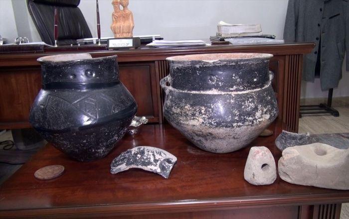 Tarlasını işlerken 5 bin yıllık tarihi eserler buldu ile ilgili görsel sonucu