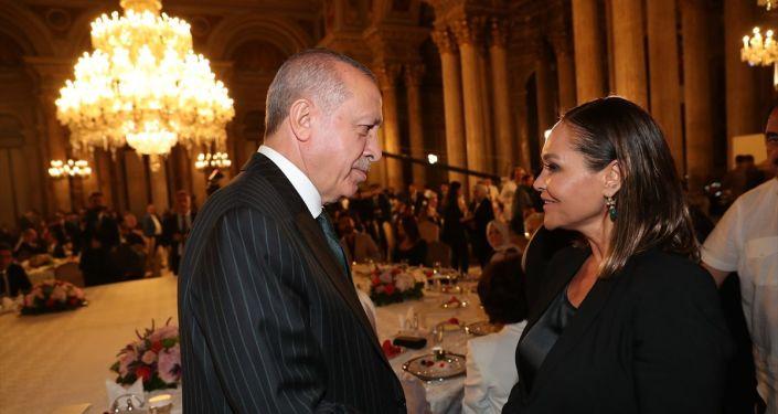 Türkiye Cumhurbaşkanı Recep Tayyip Erdoğan, Dolmabahçe Sarayı'nda sanatçı ve sporcular ile iftar programına katıldı.