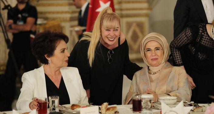 Türkiye Cumhurbaşkanı Recep Tayyip Erdoğan eşi Emine Erdoğan ile Dolmabahçe Sarayı'nda sanatçı ve sporcular ile iftar programına katıldı.