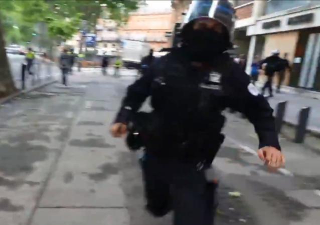Fransa'da polis RT France muhabirini copla darp etti