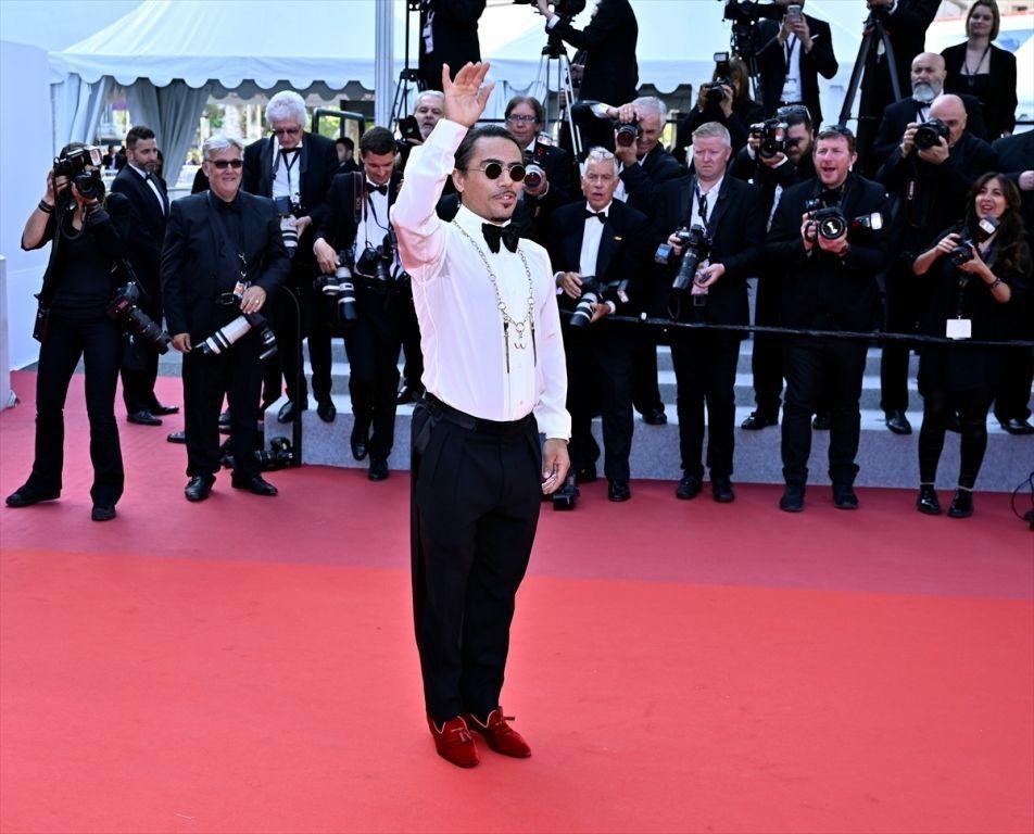 Nusret Gökçe, önceki gün The Traitor filminin galasında kırmızı halıda tuz serpme hareketi yaparak poz vermişti.