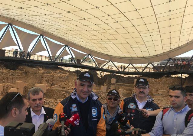 Kültür ve Turizm Bakanı Mehmet Nuri Ersoy, bu yıl 10 ülkeden 90 araç, 35 takım ve 150 sporcunun katılımıyla gerçekleşen Europa Orient ve Doğu-Batı Dostluk Rallisi'nin Şanlıurfa-Göbeklitepe turuna katıldı.