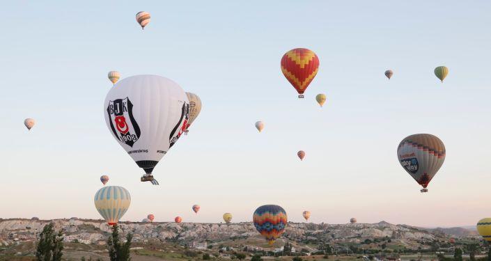 FikretOrman, Beşiktaş balonuyla Kapadokya semalarında uçtu