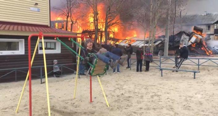 Rusya'da yangın 9 yaşındaki çocuğu salıncaktan vazgeçiremedi