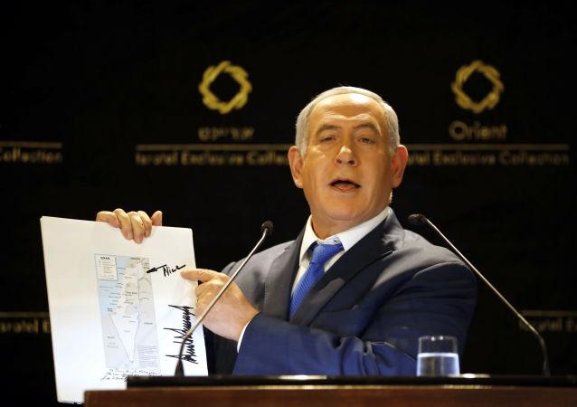 Netanyahu, ABD Dışişleri'nin Golanlı İsrail haritası üzerinde Trump'ın imzası ve çizimlerini basın mensuplarına gösterirken