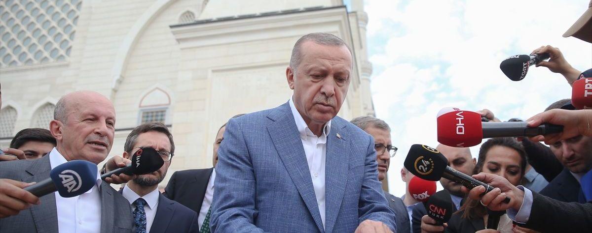 Erdoğan basın mensuplarına börek dağıttı.