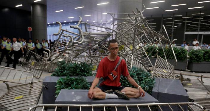 Hong Kong'da yasal konsey önünde çatışmalar yaşanırken protestoculardan biri meditasyon yapma yoluna gitti.