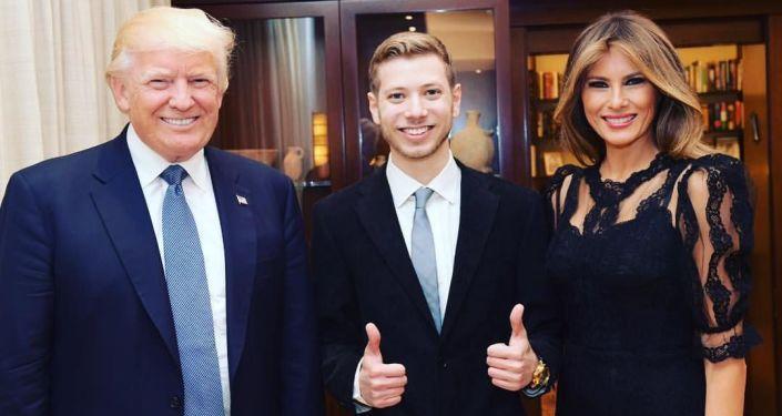 Yair Netanyahu (ortada) Donald ve Melania Trump'la