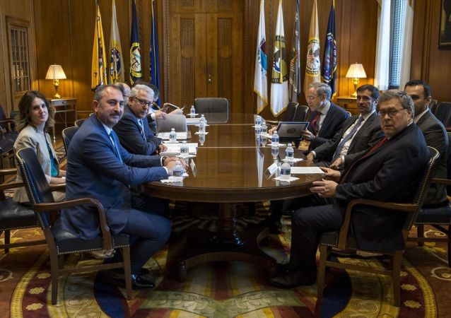 ABD temasları kapsamında Washington'da bulunan Adalet Bakanı Abdulhamit Gül (solda), ABD'li mevkidaşı William Barr (sağda) ile bir araya geldi.