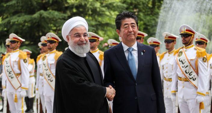 Japonya Başbakanı Abe Şinzo (sağ 2), resmi temaslarda bulunmak üzere geldiği İran'ın başkenti Tahran'da İran Cumhurbaşkanı Hasan Ruhani (solda) tarafından Sadabat Sarayı'nda resmi törenle karşılandı.