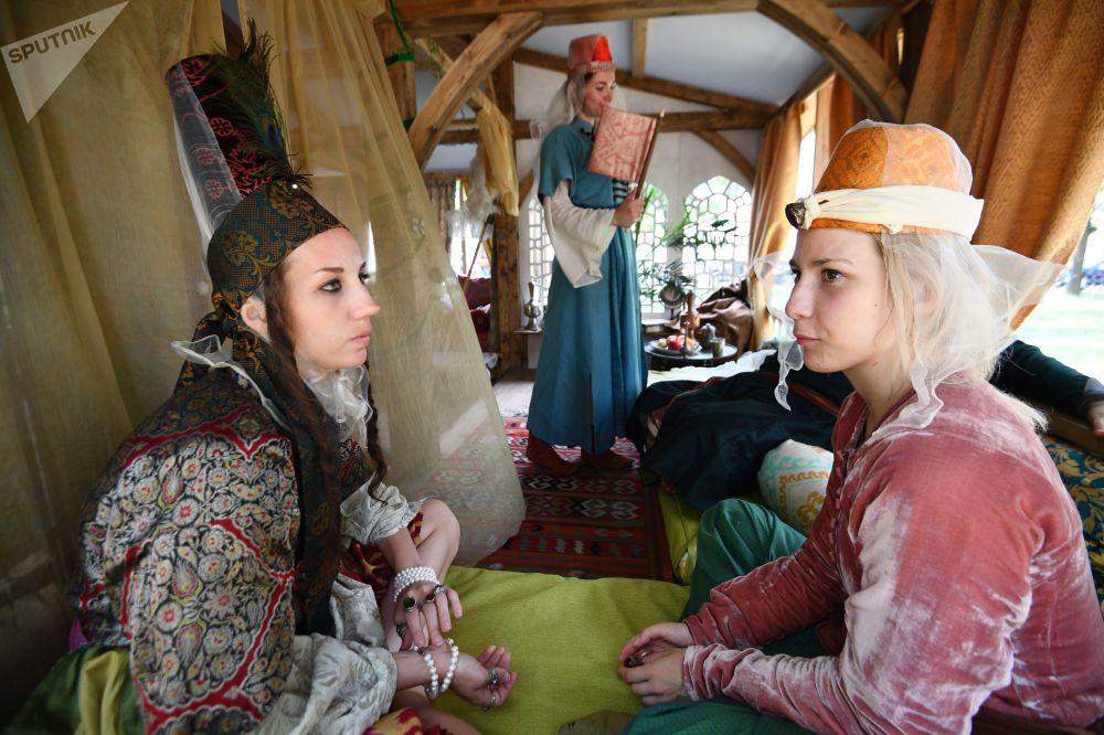 Tarih meraklıları 16.-17. yüzyılın Osmanlı İmparatorluğu'nu tanıma, o döneme ait saray ve haremi görme ve çiçek bahçesinin içinde şiir dinleme şansı yakaladı.