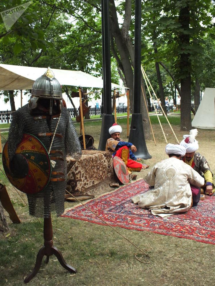 Osmanlı askerlerinin aslına uygun kostümlerini giyen grup üyeleri, Osmanlı paşası, yeniçeri, sipahi ve tüccarları temsil etti. Gösteride, sefer esnasında Osmanlı askerlerinin gün içerisinde neler yaptığını anlatan canlandırmalar da yapıldı.