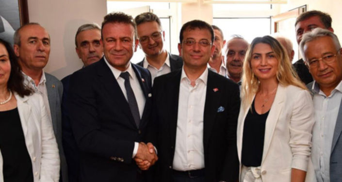 CHP İstanbul Büyükşehir Belediye Başkan Adayı Ekrem İmamoğlu, Bayrampaşa Yıldırım Mahallesi'ndeki Bosna Sancak Derneği'nde göçmen vatandaşlarla buluştu.