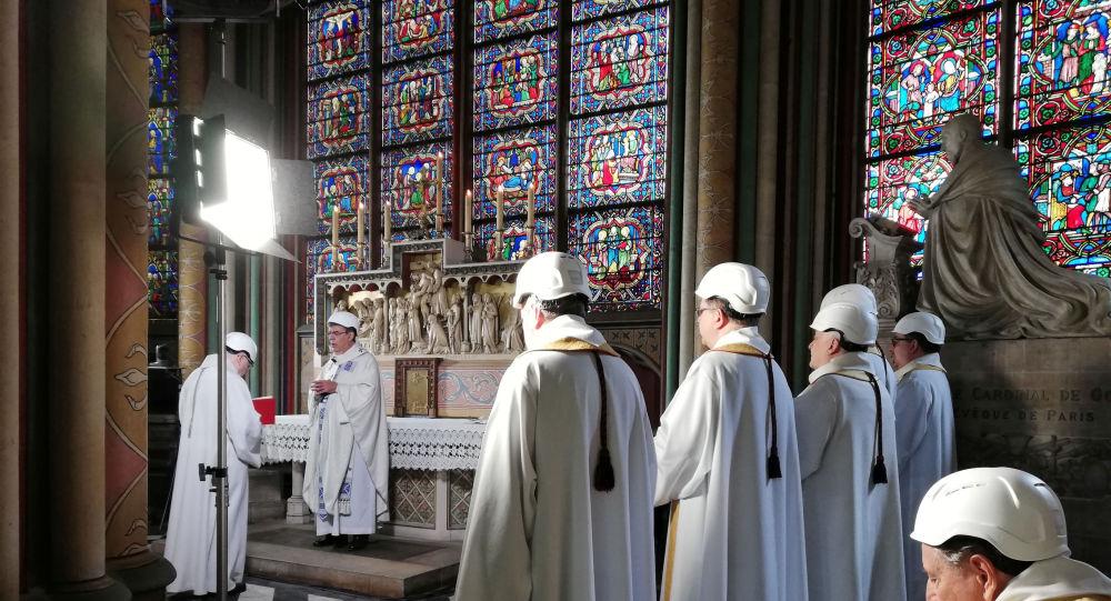 Notre Dame'de yangın sonrası ilk ayin