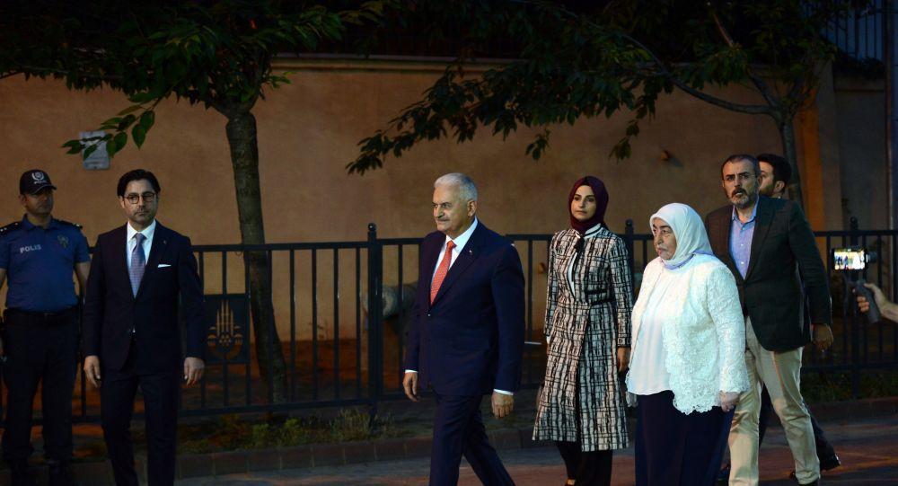 Yıldırım da eşi Semiha Yıldırım ile birlikte İmamoğlu'ndan 4 dakika sonra alana geldi.