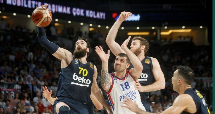 Anadolu Efes, Tahincioğlu Basketbol Süper Ligi play-off final serisi 5. maçında Fenerbahçe Beko'yu 86-76 yenerek seride 3-2 öne geçti.